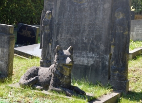 Dog statue on a grave in Highgate cemetery